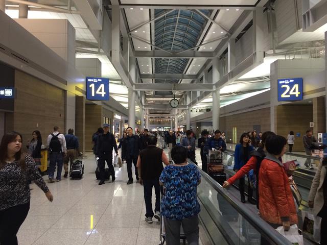 Passageiros se movimentando no Aeroporto da capital Sul Coreana