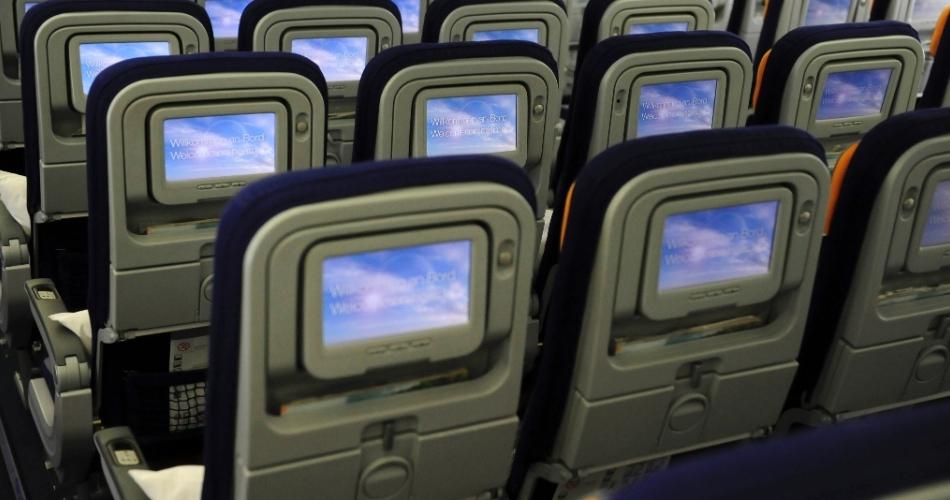 Visão das telas de entretenimento da Econômica no Boeing 747-800 - São Paulo - Frankfurt